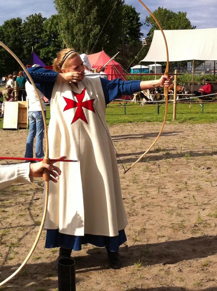 Webmaster forsøker seg på tradskyting på Oslo Middelalderfestival 2011